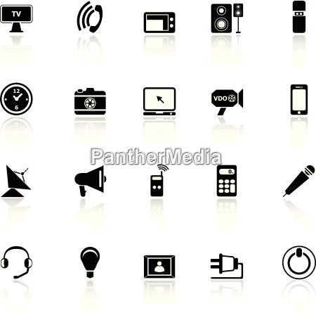 icone elettroniche con la riflessione su