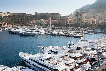 fila di yacht nel porto di