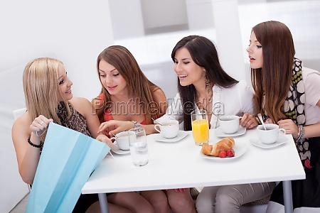 amici delle donne in cerca ad