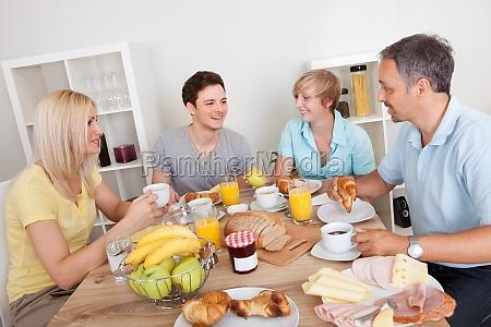 famiglia felice godendo la colazione