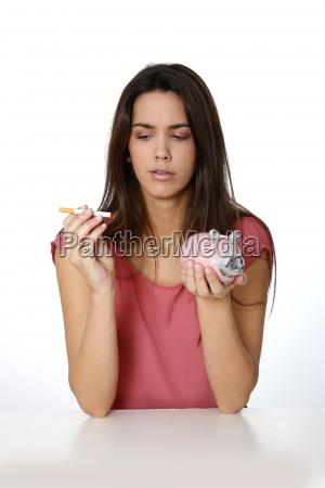 donna sigaretta rilasciato marrone ritratto caucasico