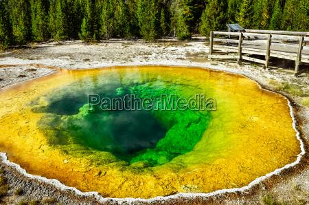 vista di dettaglio della piscina geotermica
