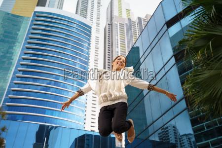 donna carriera ritratto saltare balzare saltellare