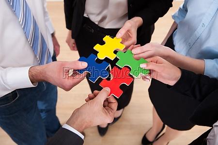 uomini daffari assemblaggio puzzle