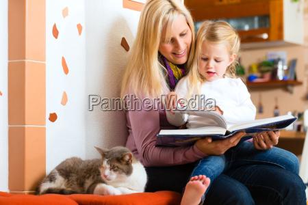 la madre legge la buona storia