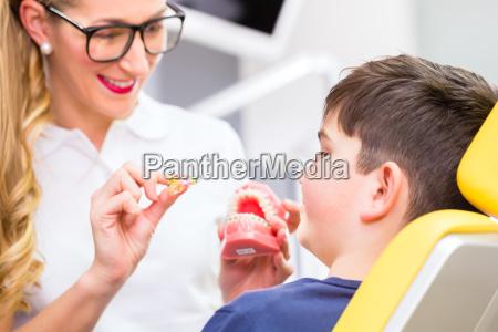 spettacolo dentista dente paziente apparecchio ragazzo