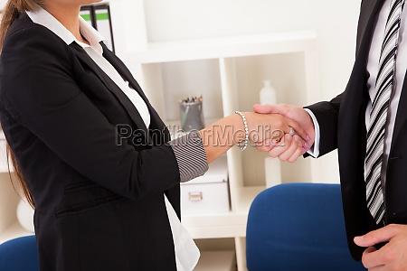 uomo e donna di affari che