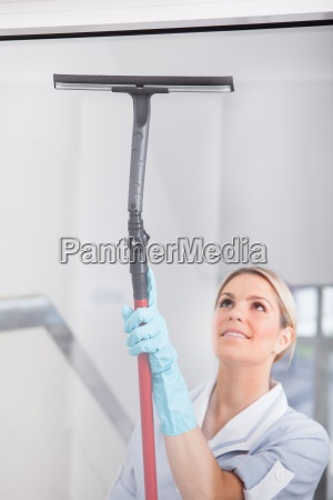 pulizia della donna con pulitore per
