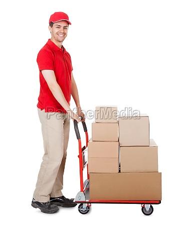 deliveryman con un carrello di scatole