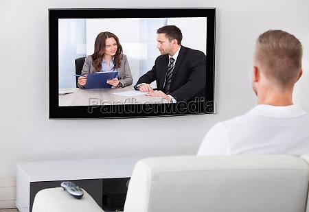 televisione di sorveglianza di seduta delluomo