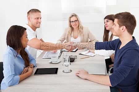 intervista mano avoro affare affari lavoro