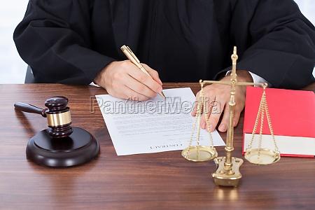 il giudice firma il documento di