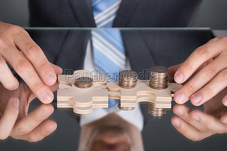 mani che collegano puzzle pices con