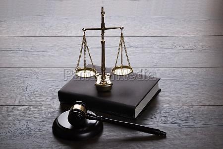 gavel do juiz e escalas