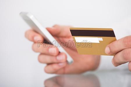 luomo acquistando con la carta di
