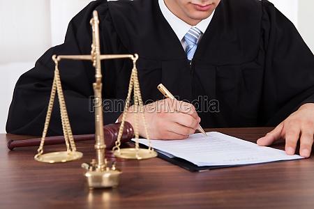 giudice documento di sign a tavola