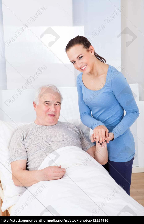 ritratto, di, caregiver, felice, con, l'uomo - 12554916