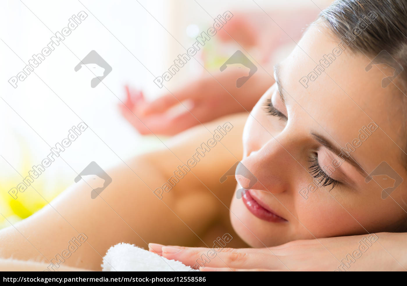 la, donna, riceve, un, massaggio, alla - 12558586