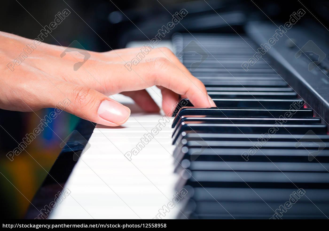 pianista, asiatico, maschio, che, suona, pianoforte - 12558958