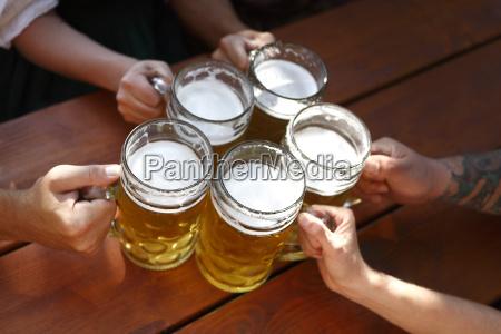 persone che bevono birra in una