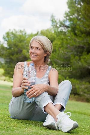 donna risata sorrisi femminile albero parco
