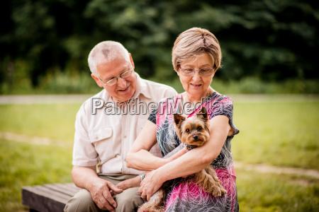 coppie maggiori con il cane