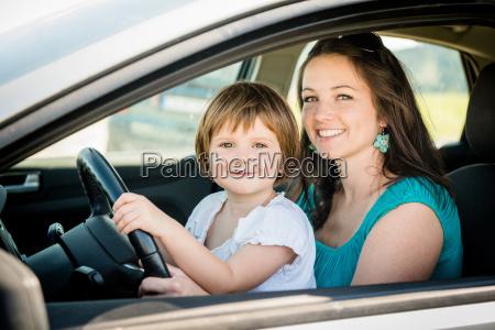 madre e bambino guida auto