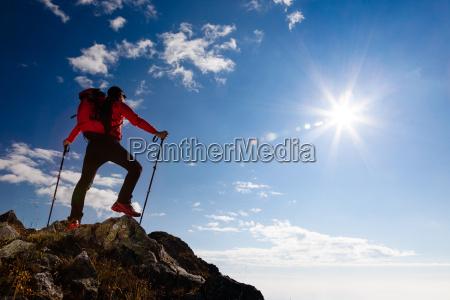 escursionista in piedi sulla cima di