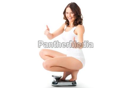 giovane donna accovacciata su una scala