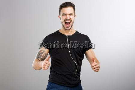 uomo che sorride e ascolta musica