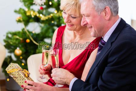 coppia pensionato smitten festeggia il natale
