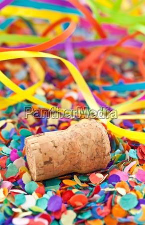 tappi di champagne su confetti