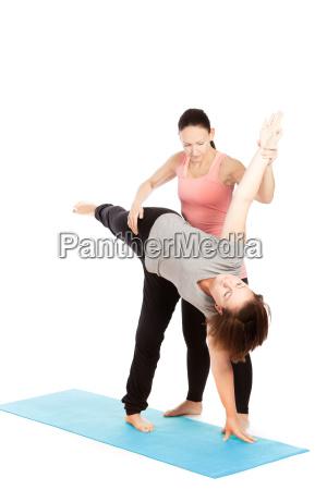 insegnante di yoga fornisce assistenza in