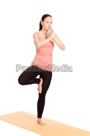 esercizio di yoga sul tappeto vrikshasana