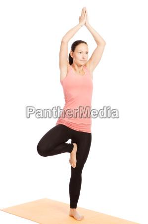 yoga sul tappeto vrikshasana