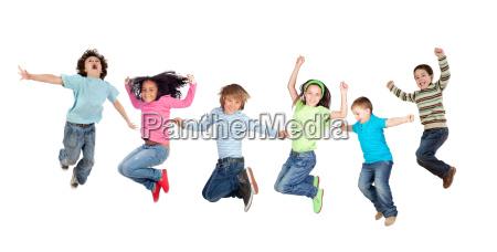 un salto divertente dei sei bambini