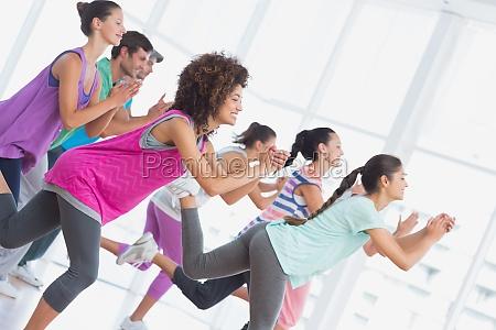 classe di fitness e istruttore facendo