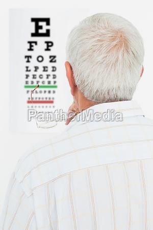 vista posteriore di un uomo anziano