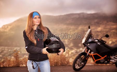 bella ragazza motociclista