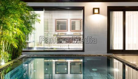 camera dalbergo di lusso con piscina