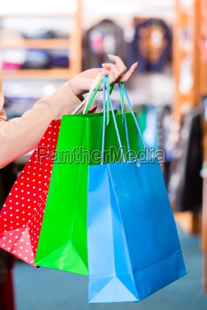 donna con shopping bag in negozio