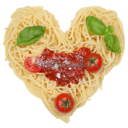 spaghetti tagliatelle di pasta esentato come