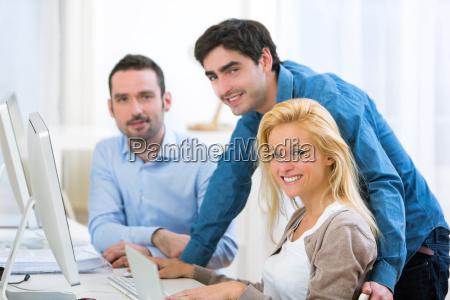 gruppo di giovani attivi che lavorano