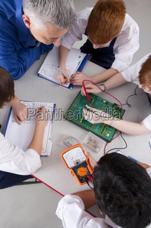 insegnante guardando gli studenti che lavorano