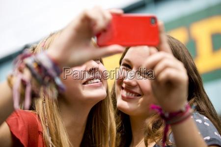 donna telefono risata sorrisi donne amicizia
