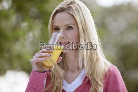 una giovane donna che beve un
