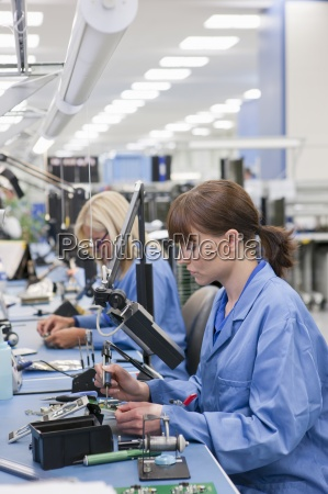 i tecnici che lavorano su catena