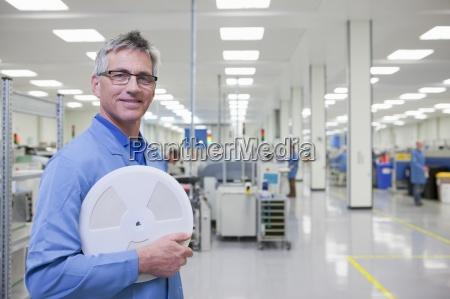 ritratto di sorridere ingegnere in possesso