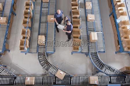 i lavoratori riuniti tra scatole su