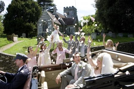 festa nuziale gettando coriandoli su sposa